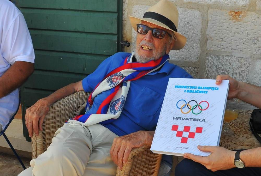 Jurica Gizdić, kroničar OO-a u Sutivanu uručio knjigu najstarijem hrvatskom olimpijcu